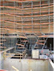 Im unteren Bereich des Baugerüsts am Neubau des Kantonsspitals in Frauenfeld knickte das rund 30 Meter hohe Baugerüst ein. (Bild: PD)