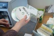 Früher Kasetten, heute CDs im Daisy-Format, Digital Accessable Information System, dem weltweit gängigen Format für Hörbücher für Blinde. Bild: Ralph Ribi