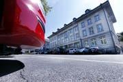 Wer sein Auto nicht auf den vorgesehenen Parkfeldern abstellt, muss mit einer Busse rechnen.(Archivbild: Werner Schelbert)