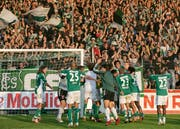 Jubel vor der Südkurve im Espenmoos: Der FC St.Gallen feiert 2007 einen Sieg gegen Xamax. (Bild: Michel Canonica, St.Gallen, 20. August 2007)