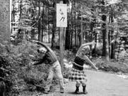 Vor 50 Jahren wurde in Zürich Fluntern der erste Vitaparcours eröffnet. Zwei Kinder machen am 24. August 1968 Übungen im Vitaparcours beim Zoo Zürich. (Bild: KEYSTONE/PHOTOPRESS-ARCHIV/STR)