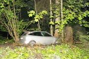 Das Auto prallte frontal gegen einen Baum. (Zuger Polizei (Oberägeri, 18. Mai 2018)