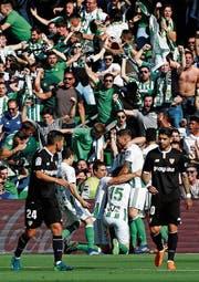 Die Spieler von Betis Sevilla bejubeln im Derby die Führung, der Stadtrivale gleicht aber aus. (Bild: Antonio Pozo/Imago)