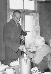 Zunftmeister Josef Wey von der Schneckenzunft Wolhusen besucht das alte Bürgerheim ums Jahr 1950. Bild: PD