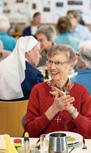 Schwester Maria Käppeli am Mittagstisch. Sie ist seit 1962 bei den Spitalschwestern von Luzern. (Bild: Philipp Schmidli)
