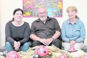 Beat Fuchs, Präsident der Pro Juventute Nidwalden, mit der scheidenden Kassierin Petra Scherer (links) und ihrer Nachfolgerin Madeleine Imboden. (Bild: Richard Greuter (Buochs, 16. Mai 2018))