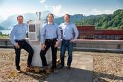 Auf dem Dach der Hochschule Luzern in Horw testen Erny Niederberger (v.l.), Philipp Burch und Reto Abt die Messstation. (Martin Vogel/PD)