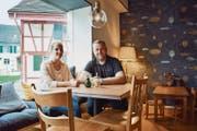 Fabienne Salathé, Geschäftsführerin Kita Chinderhuus Zauberwald und Café-Betreiberin, sowie Liegenschaftseigentümer Andreas Roos, sitzen an einem Tisch im Café Liäblingsplatz. (Bild: Samuel Koch)