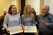 Carole Waldvogel (links) und Miriam Mende freuen sich über den Umweltpreis. Rechts WWF-Präsident Josef Blättler. (Bild: Richard Greuter, Stans, 17. Mai 2018)