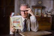 Edmund Brundish (Bill Nighy) verliebt sich in Bücher von Ray Bradbury – und kämpft auf seine Art für Florences Buchladen. (Bild: Filmcoopi)
