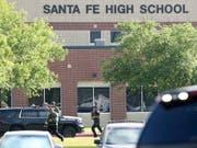 Sicherheitskräfte vor dem Tatort, der Santa-Fe-High-School, wo ein Schüler zehn Personen erschoss. (Bild: KEYSTONE/AP Houston Chronicle/STEVE GONZALES)
