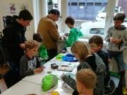 Konzentriert tauschen Kinder und Erwachsene in der Bibliothek in Flawil Panini-Bilder. (Bild: Annina Quast)
