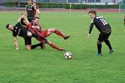 Zweikampf zwischen Wängis Gjef Uka und Herisaus Marco Schmid (rot). (Bild: Jesko Calderara)
