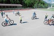 Schulkinder üben Velofahren im Kreisel. Auch «Autos» gilt es zu beachten. (Bild: Martin Uebelhart (Engelberg, 18. Mai 2018))