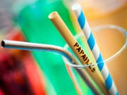 Restaurants in der Stadt Neuenburg werden künftig Sirups und Frappés mit Röhrchen aus Stahl, Bambus oder Papier servieren. Umweltbelastende Wegwerf-Trinkhalme aus Plastik werden der Vergangenheit angehören. (Bild: KEYSTONE/VALENTIN FLAURAUD)