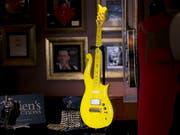 """Die gelbe """"Cloud""""-Gitarre des verstorbenen US-Popstars Prince wurde in New York für 225'000 Dollar verkauft. (Bild: KEYSTONE/AP/MARK LENNIHAN)"""