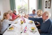 2/3: Fish and Chips und englischer Weisswein stimmen auf das Ja-Wort ein. (Bild: Ralph Ribi)