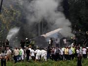 Die Maschine des Typs Boeing 737 ging beim Absturz in der Nähe des internationalen Flughafens von Havanna in Flammen auf. (Bild: KEYSTONE/AP/ENRIQUE DE LA OSA)