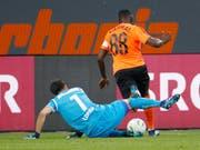 Ein Abend zum Vergessen: St. Gallens Goalie Daniel Lopar verschuldet gegen Cabral den Penalty, der zum 0:1 führte (Bild: KEYSTONE/EDDY RISCH)