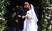 Kurz und ehrlich war der Kuss vor der St. George's Chapel: Prinz Harry und Meghan Markle sind nun verheiratet. (Bild: Andrew Matthews / EPA (London, 19. Mai 2018)