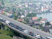 Gotthard-Rekordstau mit Auswirkungen: Auch vor dem Seelisberg-Tunnel zwischen Nidwalden und Uri bildete sich eine Blechlawine. (Bild: KEYSTONE/URS FLUEELER)