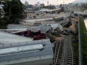 Der Zug mit vier Lokomotiven und 39 Waggons verunfallte im Bahnhof rund 200 Kilometer östlich von Mexiko-Stadt im Ort Orizaba. (Bild: KEYSTONE/EPA FERROMEX/EFE/FERROMEX HANDOUT)