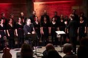 Wenn Stephan Eicher auftritt, darf der Song «Hemmige» nicht fehlen – die Interpretation mit dem Chor Molto Cantabile sorgte für Begeisterung. Bild: Jakob Ineichen (Luzern, 19. Mai 2018)