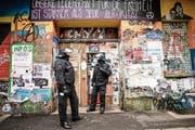 Bereitschaftspolizisten bewachen den Eingang zur «Kadterschmiede» in der Rigaer Strasse 94. (Bild: Clemens Bilan/EPA (Berlin, 29. März 2018))