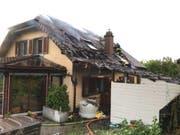 Vorübergehend unbewohnbar: Der Brand, der durch eine Gasflasche ausgelöst wurde, hat einem Einfamilienhaus in Nuvilly FR arg zugesetzt. (Bild: Kantonspolizei Freiburg)