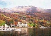 Die schwimmende Bühne (rechts im Bild) soll sich deutlich besser ins Landschaftsbild am Vierwaldstättersee einfügen. (Bild: Visualisierung: Marques Architekten)