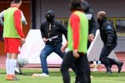 Unschöne Szene am vergangenen Wochenende beim Spiel zwischen Lausanne und Thun. Anhänger des Westschweizer Fussballklubs stürmen aufs Feld und sorgen dafür, dass das Spiel später abgebrochen wurde. Bild: Keystone