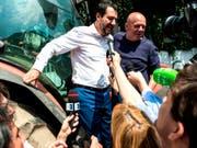 Lega-Chef Salvini wird im norditalienischen Monza von Journalisten belagert: Seine Parteianhänger stimmen nun über eine Regierungsbeteiligung ab. (Bild: KEYSTONE/AP ANSA/MATTEO BAZZI)