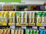 Bei Coop kommen die boykottierten Nestlé Produkte wie Mayonnaise schrittweise in die Regale zurück (Symbolbild). (Bild: KEYSTONE/GAETAN BALLY)