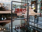 Ein wieder anziehendes Geschäft in den USA und mehr Online-Verkäufe stimmen den Edelschneider Hugo Boss optimistisch für das laufende Jahr. (Bild: KEYSTONE/EPA/RONALD WITTEK)