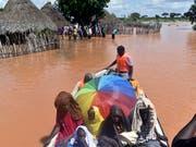 Dorfbewohner im Delta des Tana-Flusses werden nach den heftigen Regenfällen evakuiert. (Bild vom 27. April) (Bild: KEYSTONE/AP/ANDREW KASUKU)