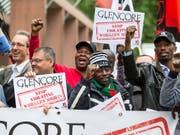 Gewerkschaften aus über zehn Ländern demonstrieren vor dem Haupteingang des Casinos in Zug, wo die Glencore-Generalversammlung stattfindet. (Bild: KEYSTONE/ALEXANDRA WEY)