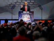 Donald Trump spricht an einem NRA-Treffen im Mai 2016 - damals noch als Präsidentschaftskandidat. Die Waffenlobby war ein wichtiger Spender für Trump während des US-Präsidentschaftswahlkampfs 2016. (Bild: Keystone/AP/MARK HUMPHREY)