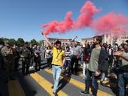 Anhänger des armenischen Oppositionsführers Nikol Paschinjan demonstrieren auf einer Strasse in Eriwan. Paschinjan, dessen Wahl zum Ministerpräsidenten am Dienstag gescheitert war, rief zu massenhaftem zivilem Ungehorsam auf. (Bild: Keystone/EPA/ZURAB KURTSIKIDZE)