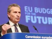EU-Haushaltskommissar Günther Oettinger hat am Mittwoch in Brüssel, bekannt gegeben, dass im siebenjährigen Finanzrahmen von 2021 bis 2027 trotz EU-Austritt Grossbritanniens rund 192 Mrd. Euro mehr zur Verfügung sollen als im laufenden Finanzrahmen. (Bild: KEYSTONE/EPA/STEPHANIE LECOCQ)
