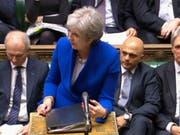 Theresa May stellt sich im britischen Unterhaus den kritischen Fragen zu den Brexit-Verhandlungen - auch aus der eigenen Partei. Einige Tories fordern den härtest möglichen Ausstieg aus der EU und setzen die Premierministerin damit unter massiven Druck. (Bild: KEYSTONE/AP PA)