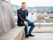 Fredrik Pettersson zeigt seine Auszeichnung (Bild: KEYSTONE/PATRICK HUERLIMANN)
