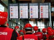 Besucher des neuen Flughafens in Berlin vor rund einem Jahr. Im kommenden Herbst ist nun endlich um Jahre verzögerte Eröffnung des neuen deutschen Hauptstadt-Airports geplant. (Bild: Keystone/EPA/FELIPE TRUEBA)