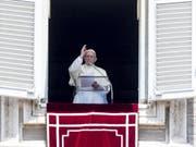 Papst Franziskus segnet die Gläubigen auf dem Petersplatz nach dem Regina-Coeli-Gebet: Besörgt äusserte er zu zu Pfingsten über die Lage im Nahen Osten und in Venezuela. (Bild: KEYSTONE/EPA ANSA/ANGELO CARCONI)