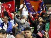 Wie ein Messias wurde der türkische Präsident Erdogan an der Wahlveranstaltung in eigener Sache in Sarajevo gefeiert - immerhin im europäischen Ausland, in der Hauptstadt von Bosnien-Herzegowina. (Bild: KEYSTONE/EPA/FEHIM DEMIR)