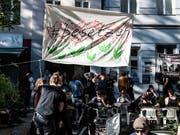 Hausbesetzer in Berlin protestieren gegen steigende Mieten. (Bild: KEYSTONE/AP dpa/PAUL ZINKEN)