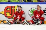Gaetan Haas (links) und Enzo Corvi sitzen nach dem Spiel enttäuscht an der Bande. Bild: Andy Müller/Freshfocus (Kopenhagen, 20. Mai 2018)