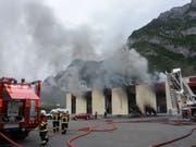 Starker Rauch, aber offenbar keine Chemikalien in der Umwelt: Brand im Industriegebiet von Mels. (Bild: Kapo SG)