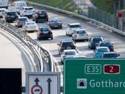Nach einem nur rund zehnstündigen Unterbruch hat sich am Pfingstsonntag bereits wieder eine stehende Autokolonne vor dem Gotthard-Nordportal gebildet. (Bild: KEYSTONE/URS FLUEELER)