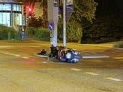 Ein Motorradfahrer hätte gerne auf die Polizei verzichtet: Ein Fluchtversuch nach einem ersten Sturz misslang, weil er auf einen Randstein fuhr und erneut stürzte. (Bild: Stadtpolizei St. Gallen) (Bild: Stadtpolizei St. Gallen)
