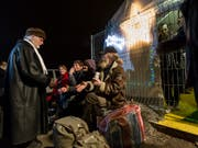 A heart for the disadvantaged: Pastor Ernst Sieber welcomes homeless people and guests on the Zurich Pfuusbus in 2012. (Image: KEYSTONE / ALESSANDRO DELLA BELLA)